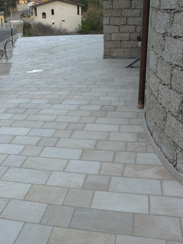 Pavimento esterno piastrelle in gr s porcellanato gavoi for Punto p esterno alla circonferenza